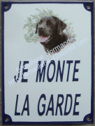 Plaque émaillée (20x15cm) je monte la garde + chien au choix