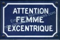 Plaque émaillée humoristique (10x15cm) Attention femme excentrique